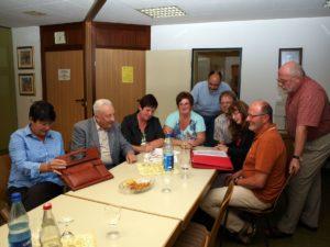 Niddas Sozialdemokraten informieren sich in der Schwesternstation.