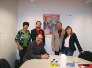 Ute Kohlbecher, Stefan Knoche, Reimund Becker, Christine Jäger (v.l.) und Thomas Eckhardt (vorne) sind die Spitzenkandidaten der Niddaer SPD. Foto: Kaufmann