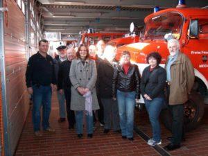 Niddas SPD Kandidaten für den Ortsbeirat bei der Besichtigung der Fahrzeughalle des Feuerwehrstützpunktes