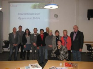 SPD-Kommunalpolitiker um die Landtagsabgeordnete Lisa Gnadl (3.v.l.) besuchten das Niddaer Gymnasium, um sich über den Schulstandort zu informieren.