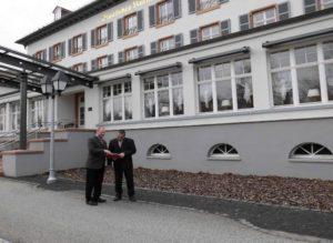 Das Kurhaus war eine der Stationen von Stefan Lux und Reimund Becker während des Rundgangs durch Bad Salzhausen.