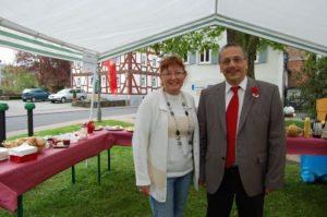 Christine Jäger freute sich, dass SPD-Bundestagskandidat Stefan Lux zum Arbeiter-Frühstück nach Nidda kam.  Foto: Maresch