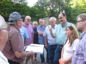 Die Niddaer Sozialdemokraten informierten sich in Wallernhausen über die Nachwirkungen der Flut vor einem Jahr.